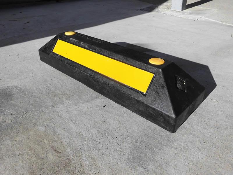 ゴム製車止めブロック黒H110mm2本セット