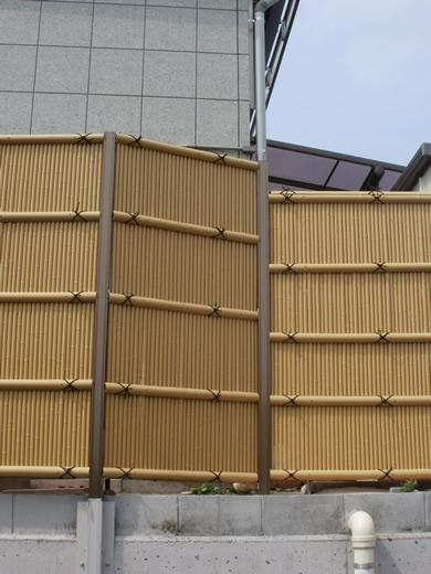 人工竹垣組立セット「縦みす垣P型柱見せタイプ(イエロー竹ブロンズ角柱)」