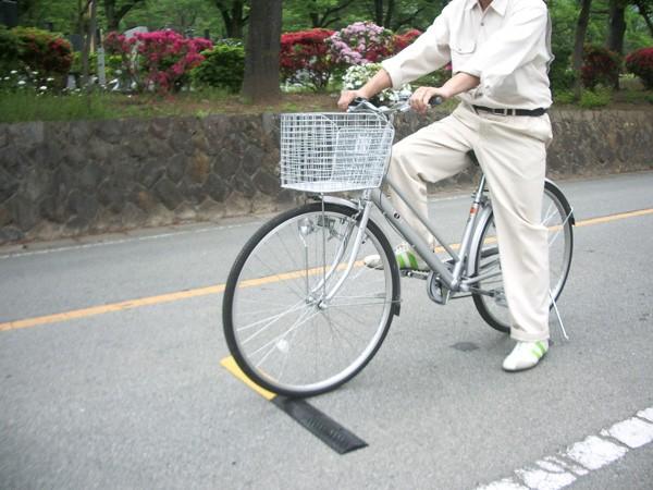 樹脂製自転車用減速帯