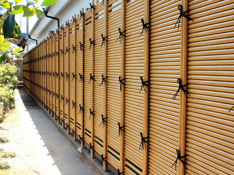 人工竹垣組立てセット「みす垣L型」イエロー竹ブロンズ裏柱 柱隠し