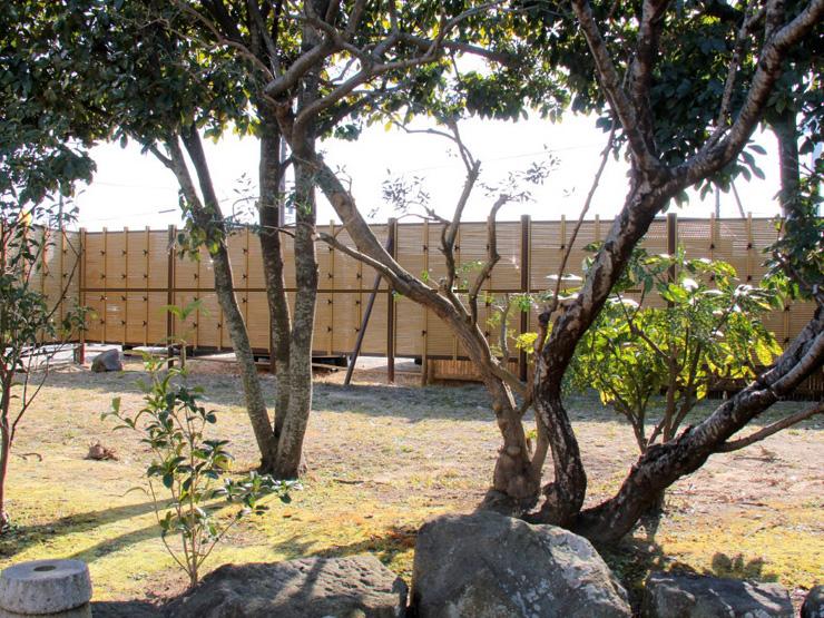 人工竹垣組立てセット「みす垣G型」イエロー竹ヤク杉角柱 柱見せ