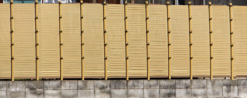 人工竹垣組立てセット「みす垣L型」ゴマ竹ブロンズ裏柱 柱隠し